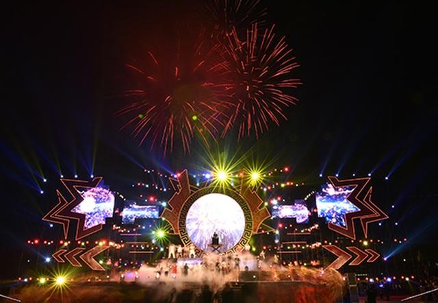 """Thuỳ Chi, Ngô Hồng Quang """"cháy hết mình"""" trong đêm nghệ thuật chào đón năm mới 2020 - 12"""