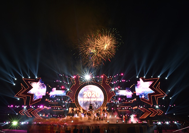 """Thuỳ Chi, Ngô Hồng Quang """"cháy hết mình"""" trong đêm nghệ thuật chào đón năm mới 2020 - 13"""