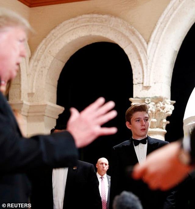 Dự tiệc năm mới, cậu út nhà Trump nổi bật với chiều cao 1,9 mét - 3