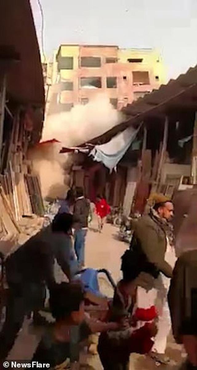 Sập tòa nhà cao tầng ở Pakistan, người dân hốt hoảng tháo chạy - 1