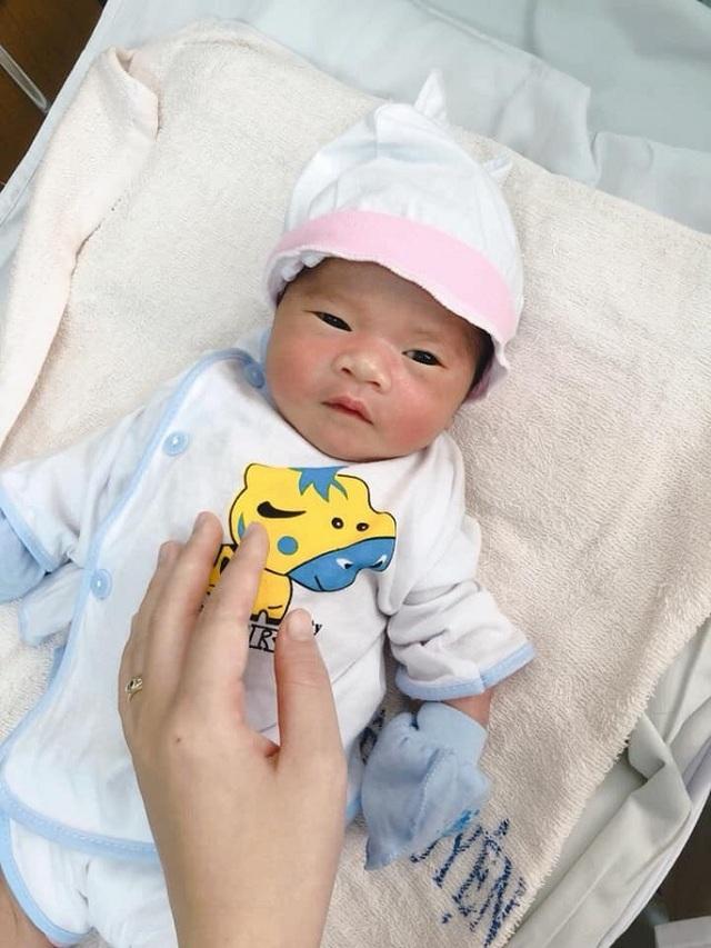 Vừa chào đời, bé trai kháu khỉnh bị mẹ bỏ lại bệnh viện - 1