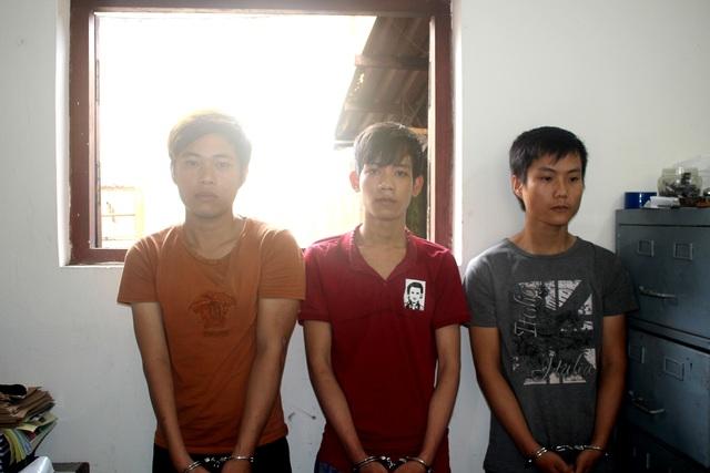 Ba thanh niên dùng dao khống chế cướp điện thoại và 40 nghìn đồng - 1