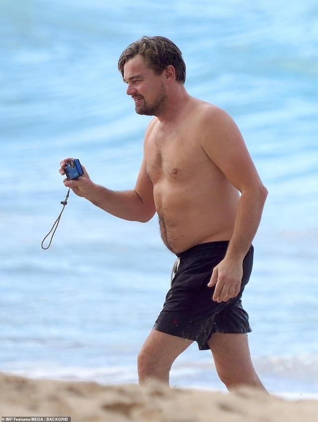 Leonardo DiCaprio lộ bụng phệ bên bạn gái trẻ - 10