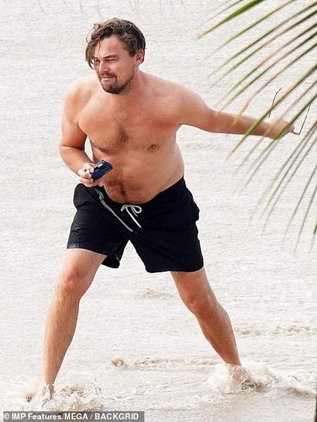 Leonardo DiCaprio lộ bụng phệ bên bạn gái trẻ - 11