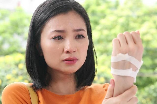 """Diệu Hương tiết lộ bố qua đời khi cô đang đóng phim """"Hoa hồng trên ngực trái"""" - 3"""