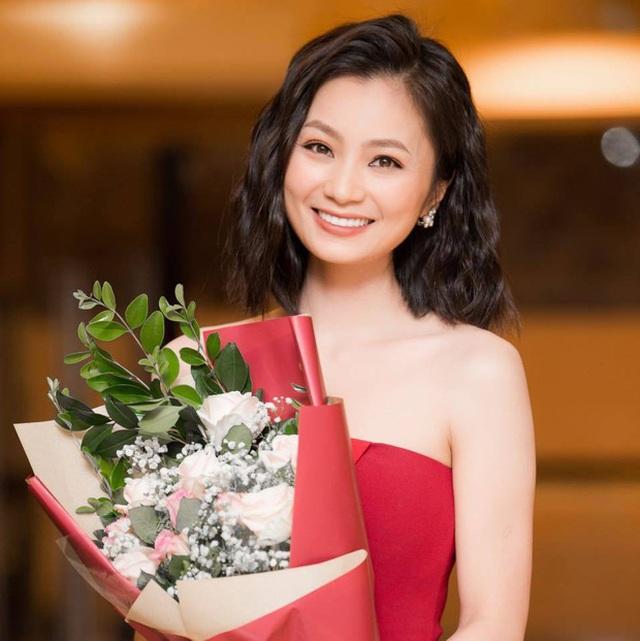 """Diệu Hương tiết lộ bố qua đời khi cô đang đóng phim """"Hoa hồng trên ngực trái"""" - 2"""