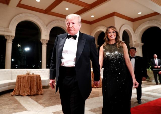 Dự tiệc năm mới, cậu út nhà Trump nổi bật với chiều cao 1,9 mét - 4