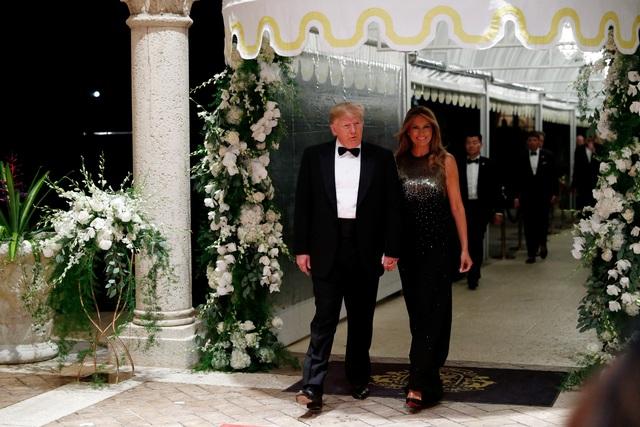 Dự tiệc năm mới, cậu út nhà Trump nổi bật với chiều cao 1,9 mét - 5