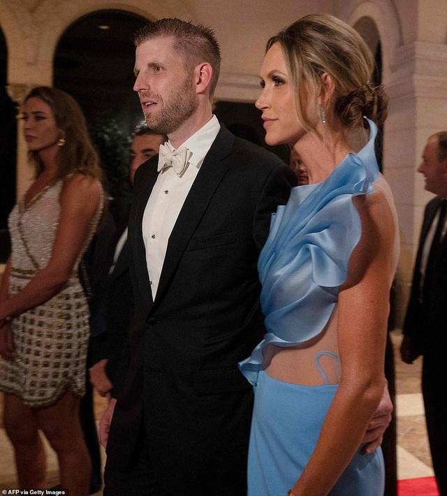 Dự tiệc năm mới, cậu út nhà Trump nổi bật với chiều cao 1,9 mét - 9