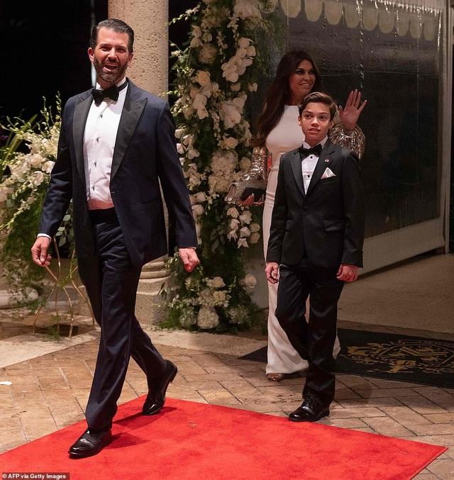 Dự tiệc năm mới, cậu út nhà Trump nổi bật với chiều cao 1,9 mét - 7