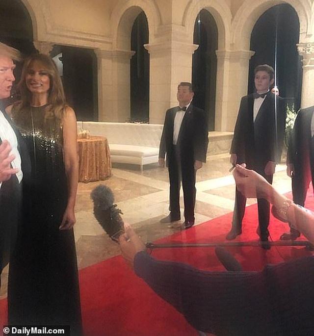 Dự tiệc năm mới, cậu út nhà Trump nổi bật với chiều cao 1,9 mét - 2