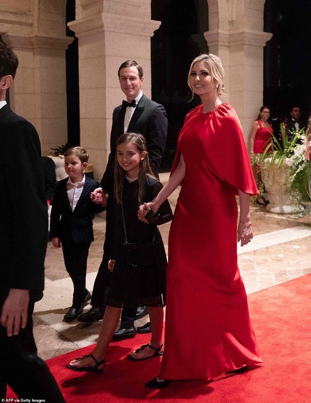 Dự tiệc năm mới, cậu út nhà Trump nổi bật với chiều cao 1,9 mét - 8