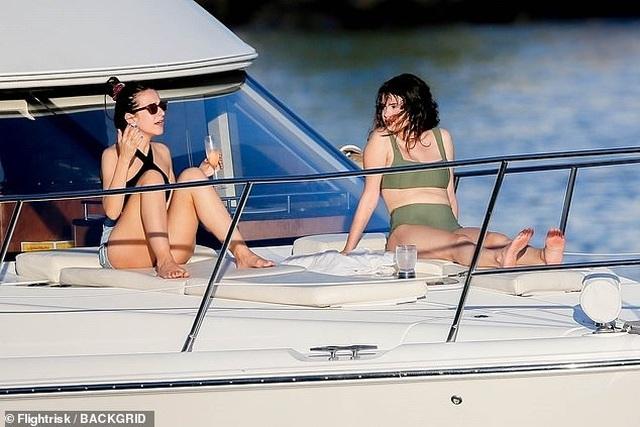 Selena Gomez mặc áo tắm khoe dáng khỏe khoắn - 2
