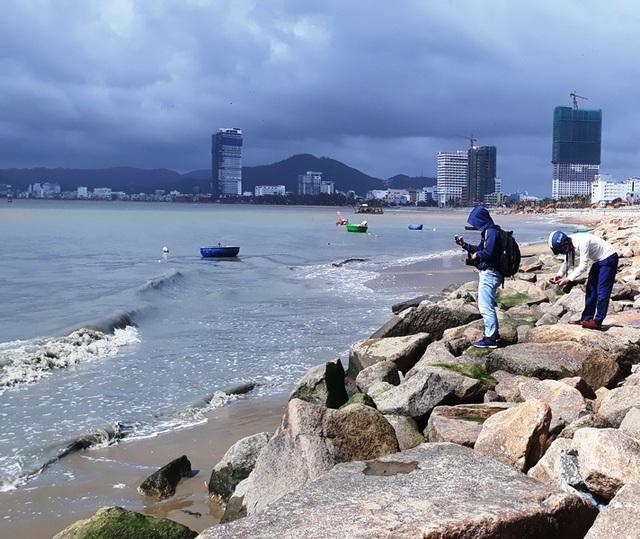 Vụ nước thải đem ngòm chảy ra biển Quy Nhơn: Tạm dừng bơm hút, nạo vét cát - 3