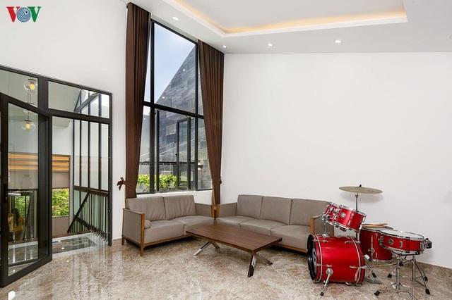 Nhà phố với nội thất hiện đại và không gian giếng trời xanh mát - 13