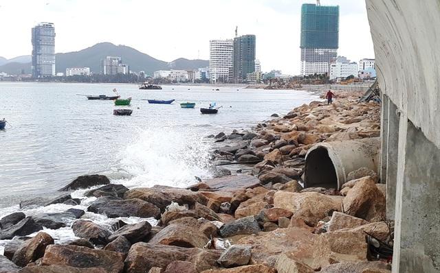 Vụ nước thải đem ngòm chảy ra biển Quy Nhơn: Tạm dừng bơm hút, nạo vét cát - 2