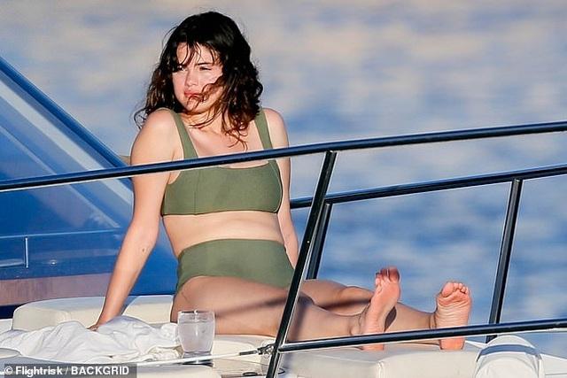 Selena Gomez mặc áo tắm khoe dáng khỏe khoắn - 1