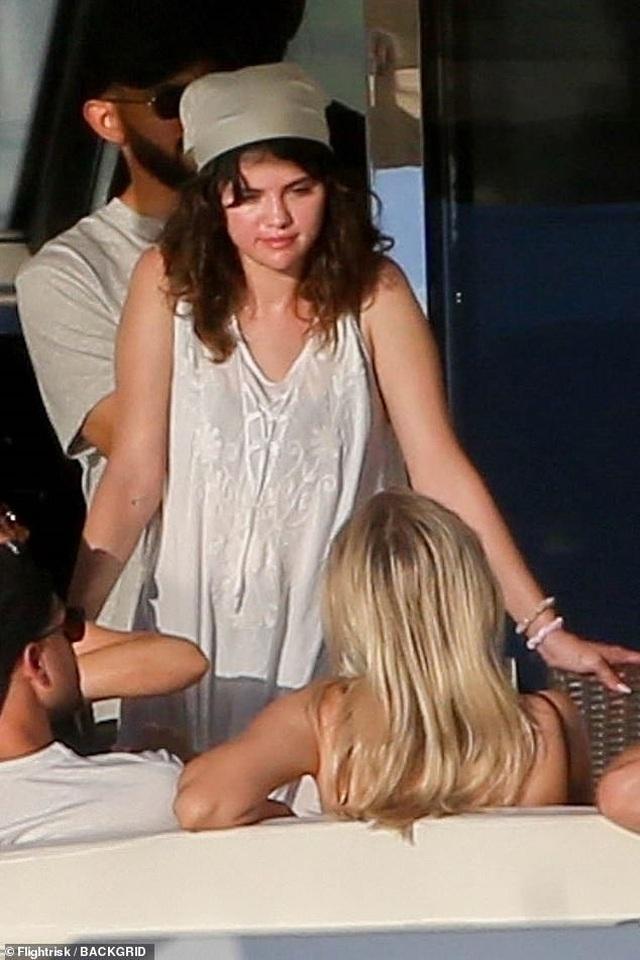 Selena Gomez mặc áo tắm khoe dáng khỏe khoắn - 4