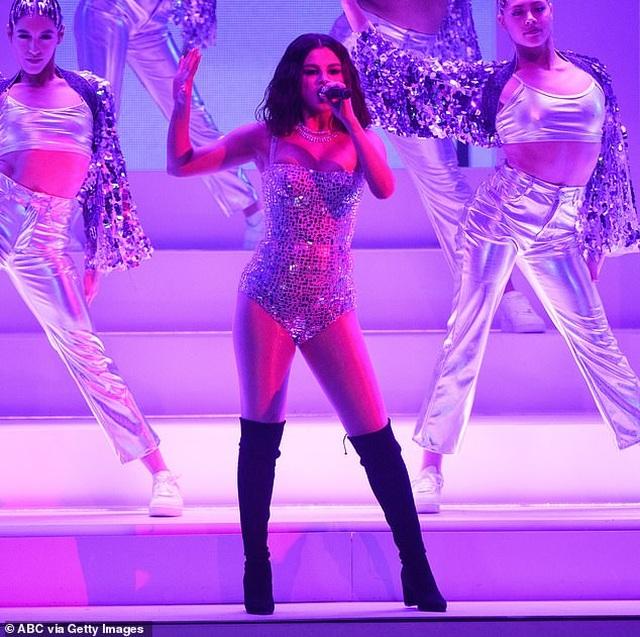 Selena Gomez mặc áo tắm khoe dáng khỏe khoắn - 5