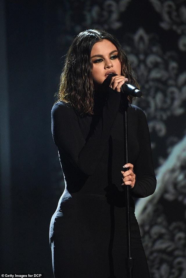 Selena Gomez mặc áo tắm khoe dáng khỏe khoắn - 7