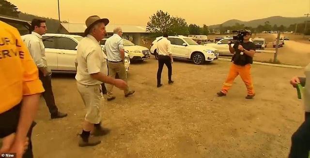 Thủ tướng Australia bị mắng mỏ, từ chối bắt tay vì cháy rừng hoành hành - 3