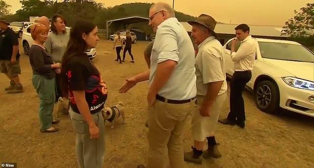 Thủ tướng Australia bị mắng mỏ, từ chối bắt tay vì cháy rừng hoành hành - 1