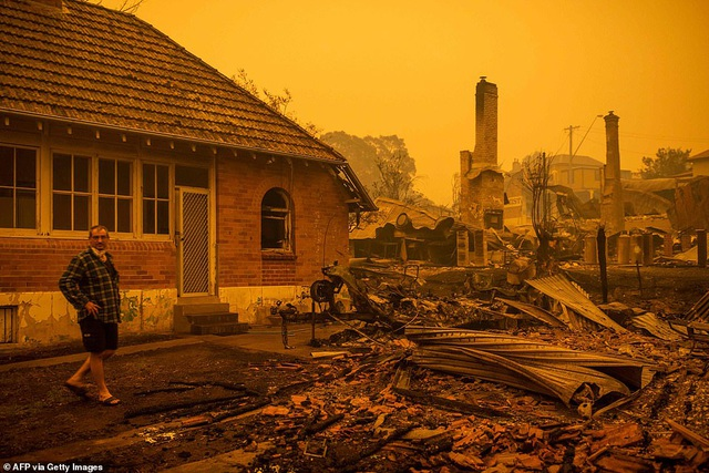 Thủ tướng Australia bị mắng mỏ, từ chối bắt tay vì cháy rừng hoành hành - 10