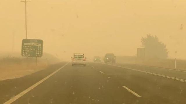 Thủ tướng Australia bị mắng mỏ, từ chối bắt tay vì cháy rừng hoành hành - 12