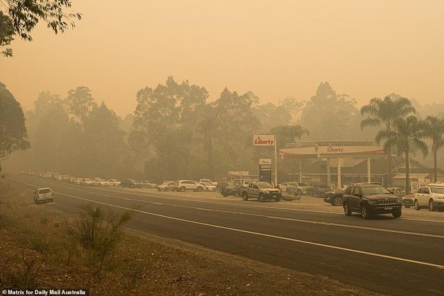 Thủ tướng Australia bị mắng mỏ, từ chối bắt tay vì cháy rừng hoành hành - 11