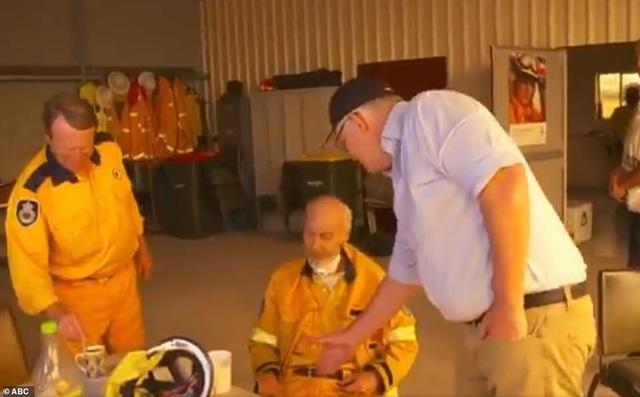 Thủ tướng Australia bị mắng mỏ, từ chối bắt tay vì cháy rừng hoành hành - 2
