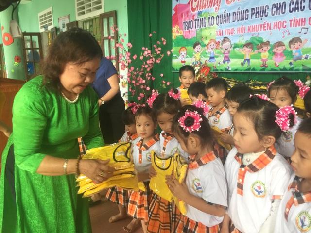 Quảng Trị: Tặng 400 bộ áo quần đồng phục cho học sinh mầm non - 2