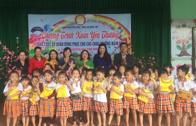 Quảng Trị: Tặng 400 bộ áo quần đồng phục cho học sinh mầm non - 3