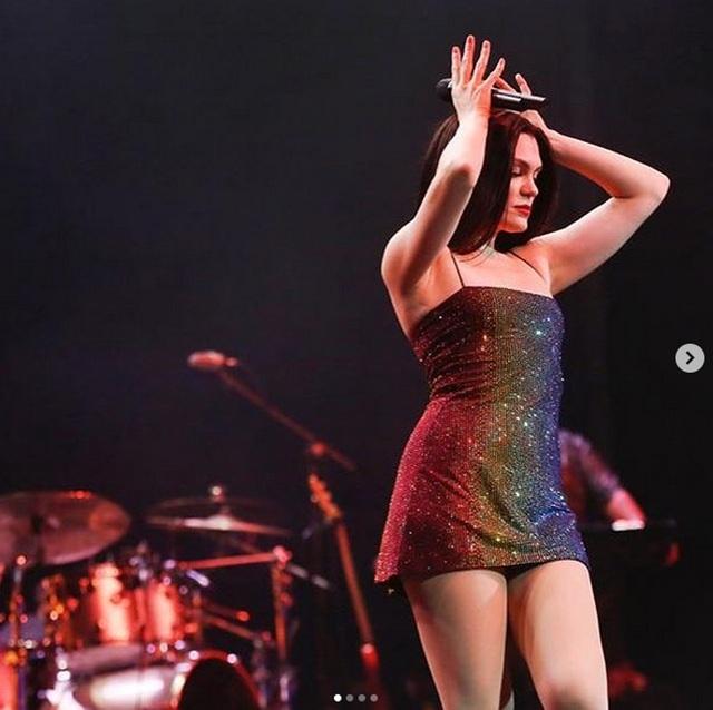 Jessie J gợi cảm chụp hình chào năm mới - 5