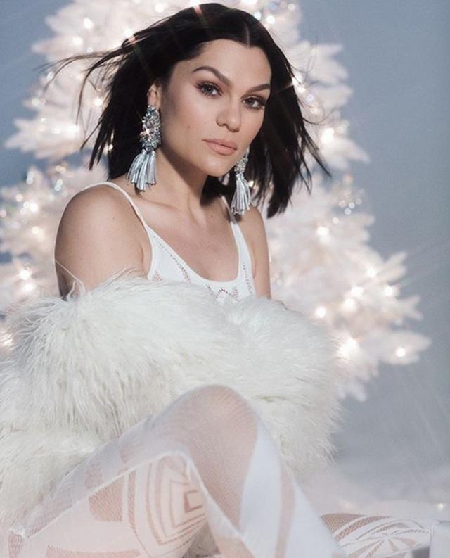 Jessie J gợi cảm chụp hình chào năm mới - 7