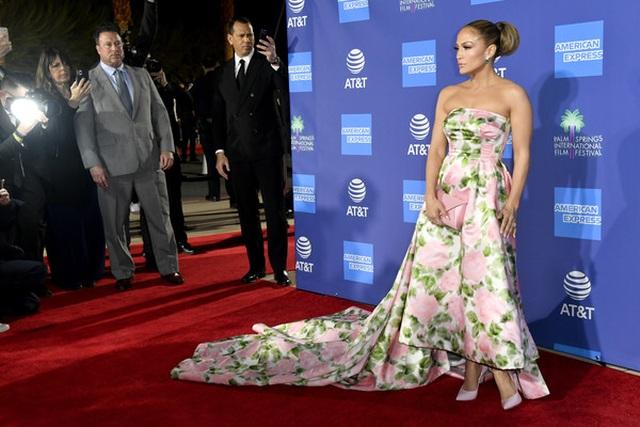 Jennifer Lopez xinh đẹp tái xuất bên bạn trai - 3