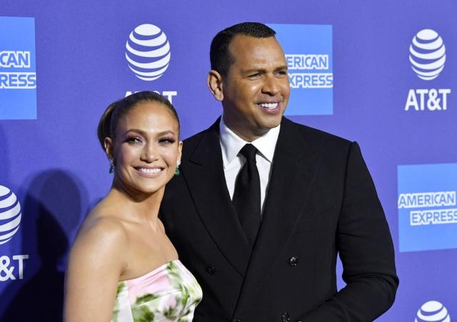 Jennifer Lopez xinh đẹp tái xuất bên bạn trai - 2