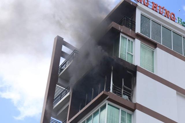 Cháy khách sạn ở Nha Trang, du khách náo loạn bỏ chạy - 1