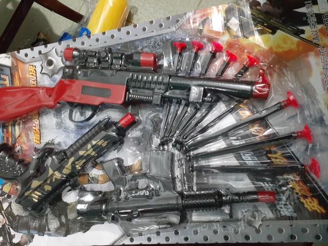 Quảng Bình: Bắt giữ xe container chở hàng chục ngàn khẩu súng đồ chơi thuộc danh mục cấm - 2