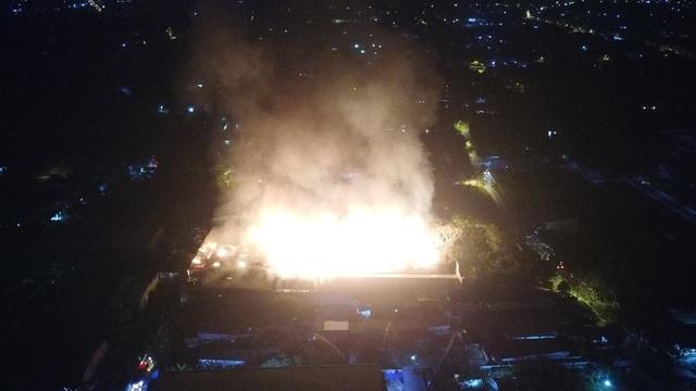 Những hình ảnh bên lề vụ cháy cực lớn tại công ty mút xốp - 1