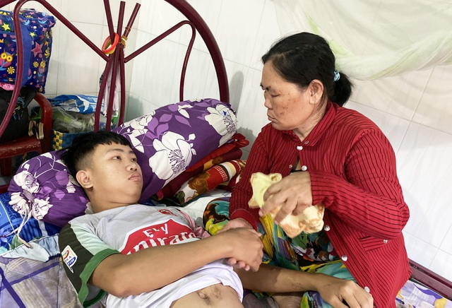 Bạn đọc Dân trí lì xì hơn 88 triệu đồng giúp chàng trai 17 tuổi chữa bệnh suy thận - 2