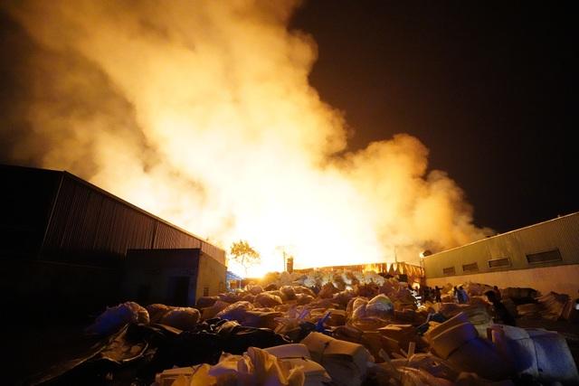 Những hình ảnh bên lề vụ cháy cực lớn tại công ty mút xốp - 10