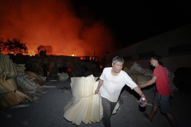 Những hình ảnh bên lề vụ cháy cực lớn tại công ty mút xốp - 11