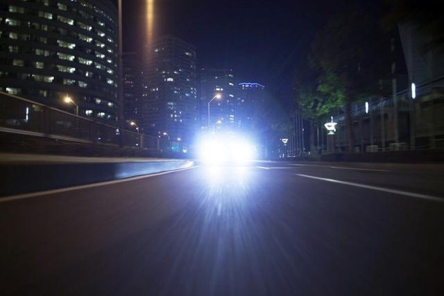 Tăng mức phạt đối với việc dùng đèn pha trong đô thị - 1