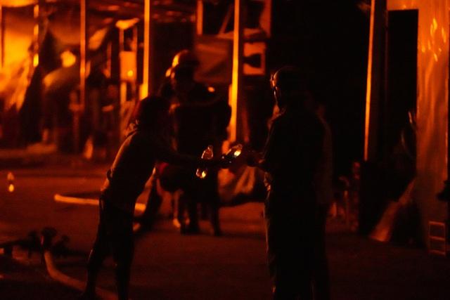 Những hình ảnh bên lề vụ cháy cực lớn tại công ty mút xốp - 12