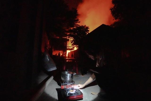 Những hình ảnh bên lề vụ cháy cực lớn tại công ty mút xốp - 13