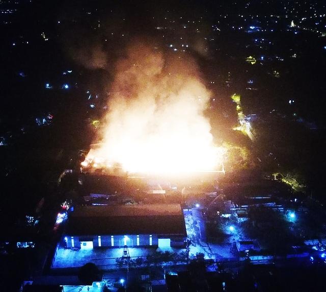 Những hình ảnh bên lề vụ cháy cực lớn tại công ty mút xốp - 2