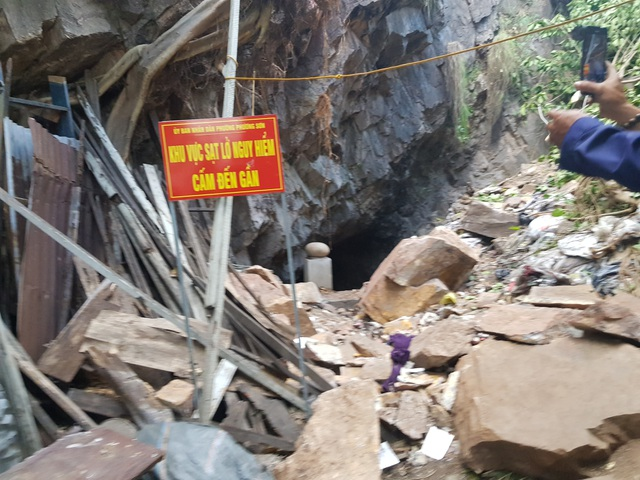 2 mẹ con đốt vàng mã bị đá trên núi rơi trúng, đè gần một giờ - 2