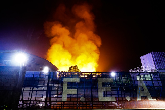 Những hình ảnh bên lề vụ cháy cực lớn tại công ty mút xốp - 3