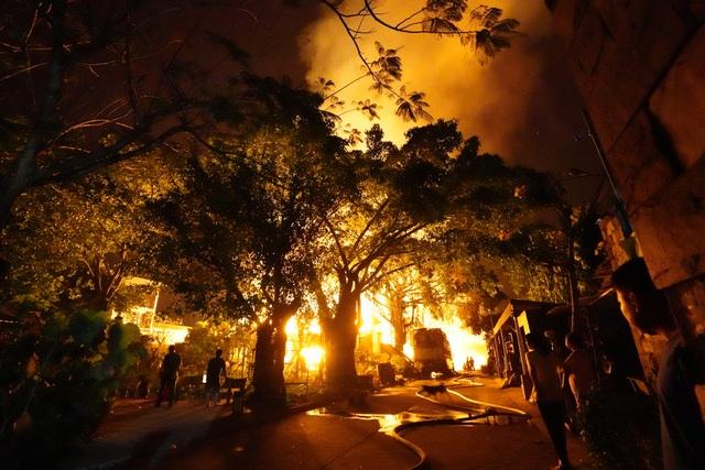 Những hình ảnh bên lề vụ cháy cực lớn tại công ty mút xốp - 4
