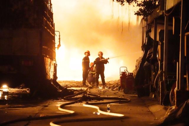 Những hình ảnh bên lề vụ cháy cực lớn tại công ty mút xốp - 5